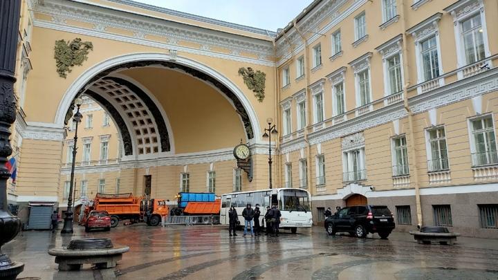 Только по билетам в Эрмитаж: в Петербурге закрыли Дворцовую площадь