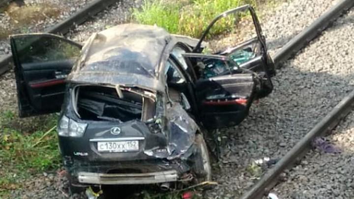 Легковой автомобиль упал с моста на железнодорожные рельсы
