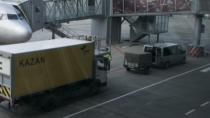 Частный самолет с лопнувшим шасси парализовал работу аэропорта в Казани