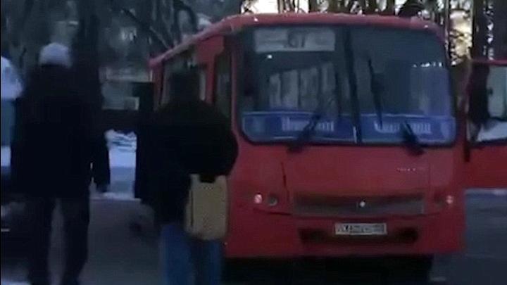 На Автозаводе маршрутка врезалась в столб из-за нечищеной обочины: пострадали четверо пассажиров
