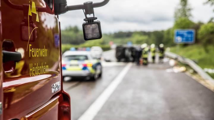 А в России за это платят: Немецкий полицейский решил применить шоковую терапию в отношении любителей снимать аварии