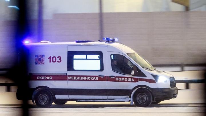 В Новосибирске пожилая женщина выпала из движущегося автобуса