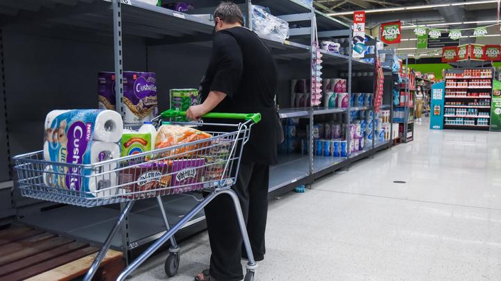 Британцы повторно сметают туалетную бумагу с полок магазинов. Объявление Джонсона вызвало панику