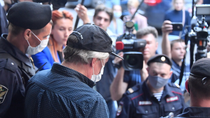 В суд на самокате, Rolls-Royce рядом: Адвокат нашёл способ привлечь внимание к делу Ефремова