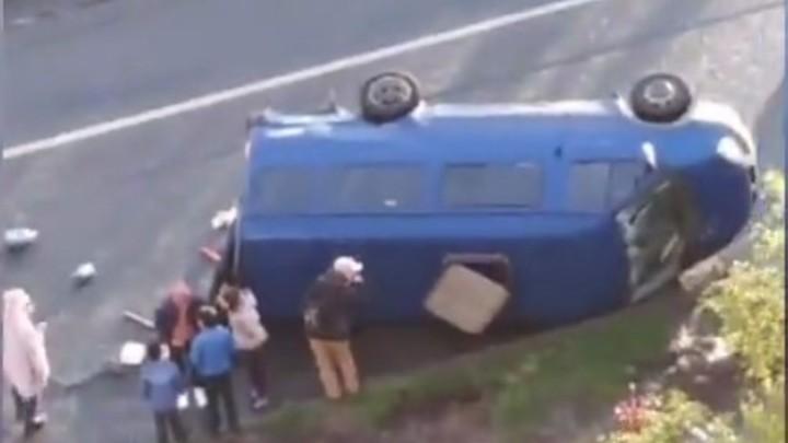 В Санкт-Петербурге перевернулся микроавтобус с детьми