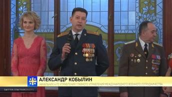 Штатским не понять: военные атташе станцевали полонез в центре Москвы