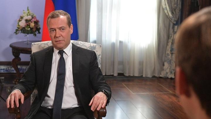 Дороги неплохие: Медведев за рулем внедорожника обкатал дороги Ставрополя