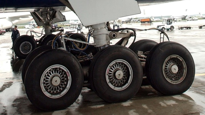 Самолет Як-42 с вахтовиками на борту вернулся в Новый Уренгой из-за проблем с шасси