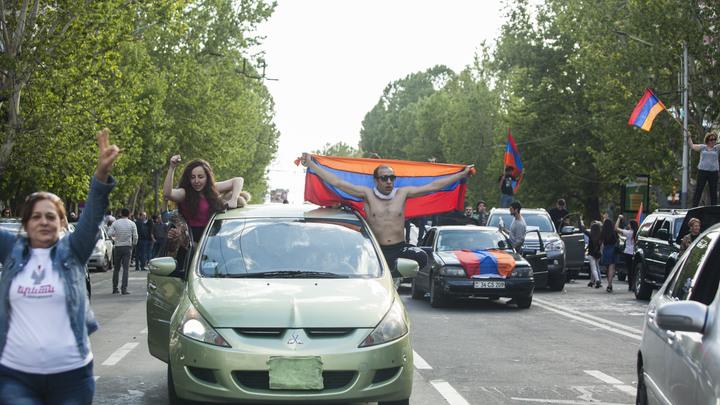 Оппозиционные силы Армении начали автопробег в Гюмри, где состоится митинг