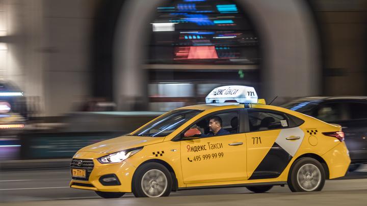 В Новосибирске автомобиль Яндекс.Такси сломал дерево