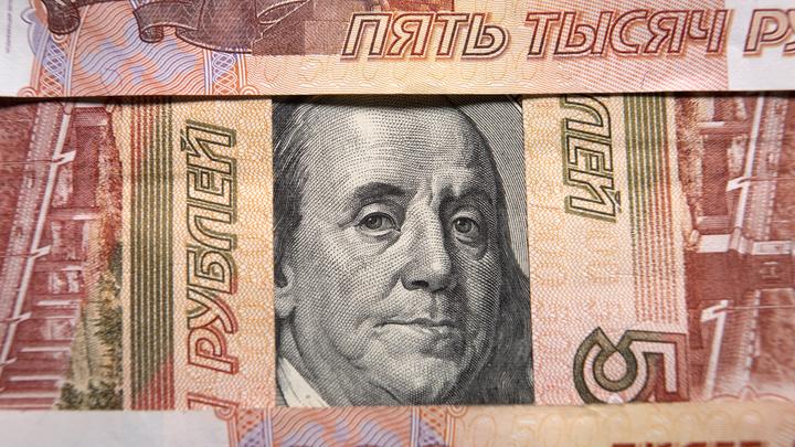 Стоимость рубля упала почти в тысячу раз: Эксперты объяснили поражение перед долларом