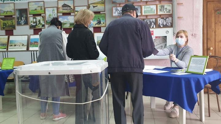 Забыла о правилах: в Самарской области член УИК проголосовала за мужа и сына