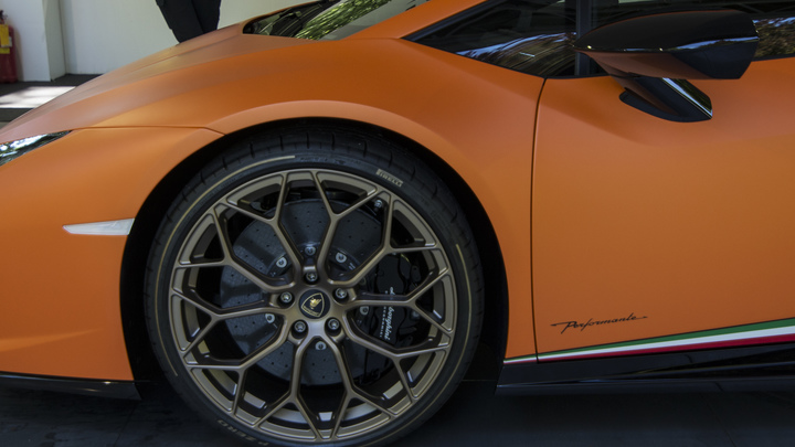 Lamborghini против фуры: Иномарка перевернула грузовик на Ярославском шоссе