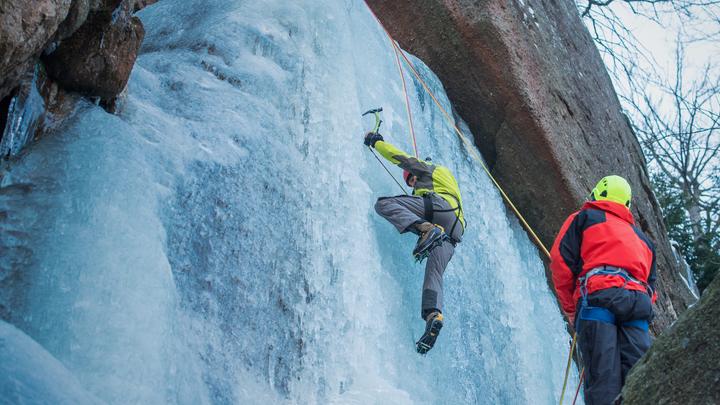 Падение с лестницы стало роковым для выжившей в легендарной экспедиции на Эверест