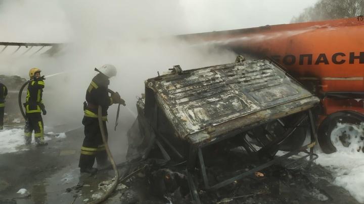 В Суздальском районе после ДТП с бензовозом загорелись два грузовика