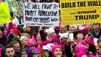 Розовые шапки стали марионетками мужчин