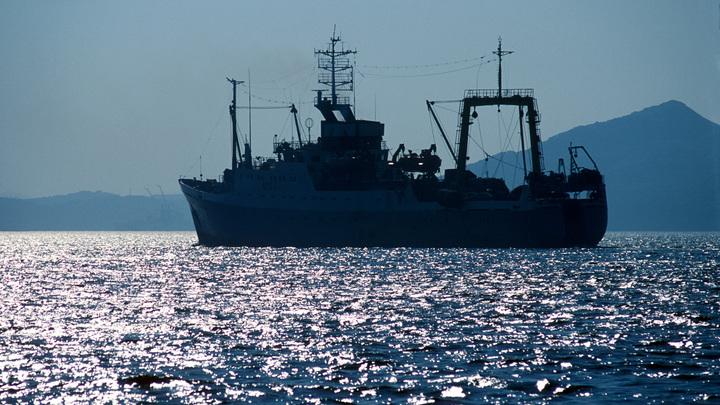 В южнокорейском порту загорелся российский траулер