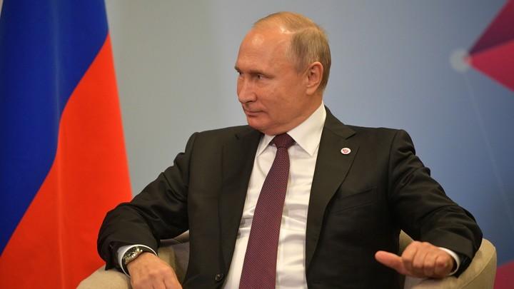«А где такие галстуки раздают?»: На Украине соцсети шумят из-за стильного костюма Путина
