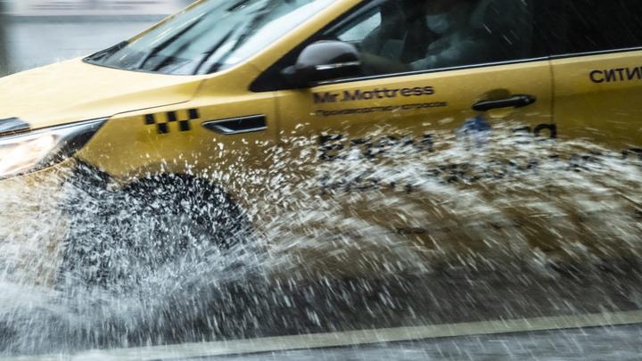 В Сочи ливень подтопил дороги в поселке Дагомыс
