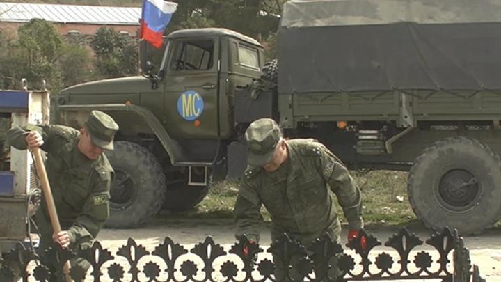 Российские миротворцы в Карабахе благоустраивают памятники воинам Великой Отечественной войны