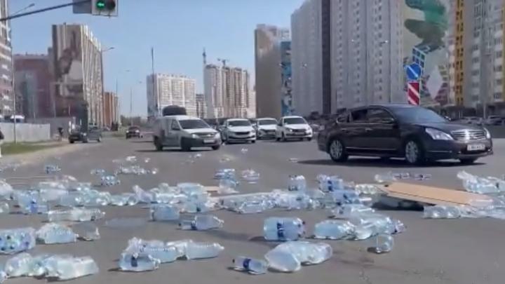 В Челябинске сотни бутылок с питьевой водой выпали из грузовика на дорогу