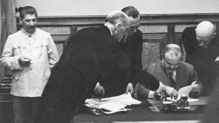 Как Путин докажет, что Сталин не запятнал себя дружбой с Гитлером?