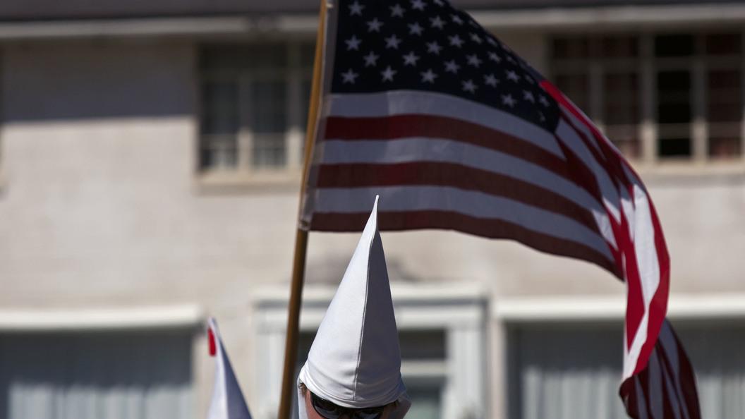 В США члены  Ку-клукс-клана вышли в белых мантиях на митинг
