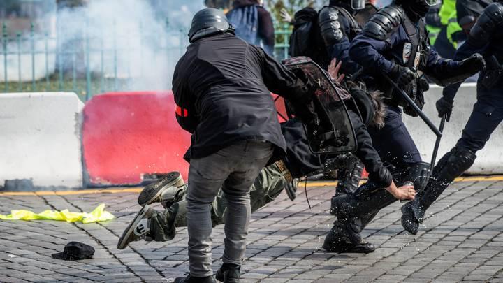 Первомай в Париже: Полиция избила до сотрясения мозга журналистку из России