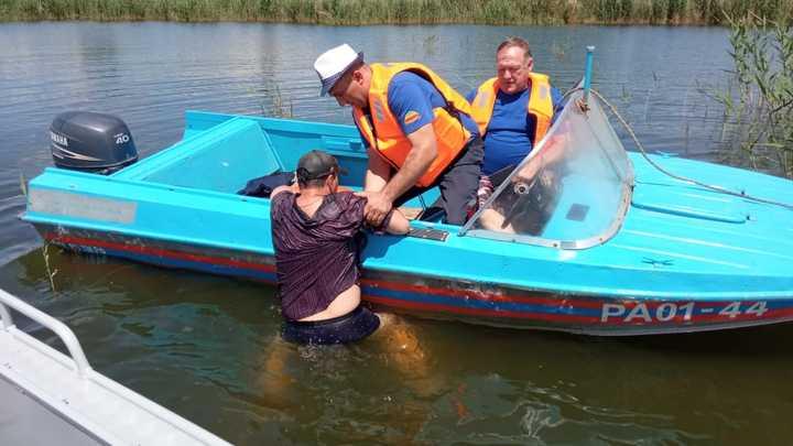 В Ростовской области спасли рыбака, когда его лодка перевернулась