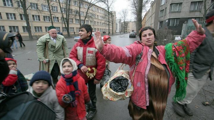 Парики, очки и грим: Цыганки превращаются в славянок и караулят своих жертв у аптек - полиция
