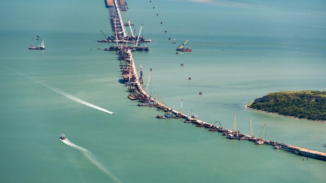 Строители достраивают главные опоры Крымского моста