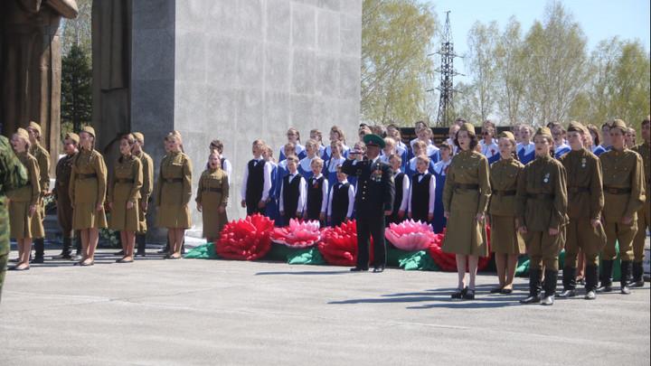 Огромный стяг и концерты у домов: Как праздновали День Победы в городах Новосибирской области