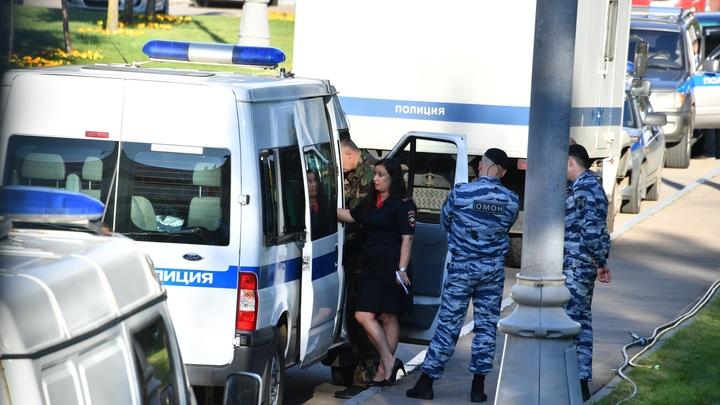 Очевидцы сняли на видео толпу гастарбайтеров, устроивших потасовку возле ТЦ Москва