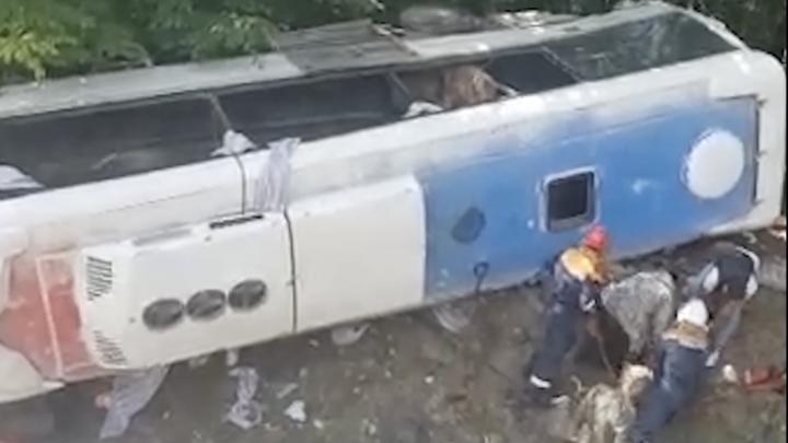 Отказали тормоза: На Кубани перевернулся туристический автобус с 22 пассажирами