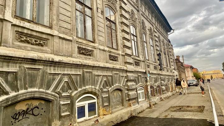 Разбитый тротуар и кривые столбы возле новой набережной вызвали гнев мэра Челябинска