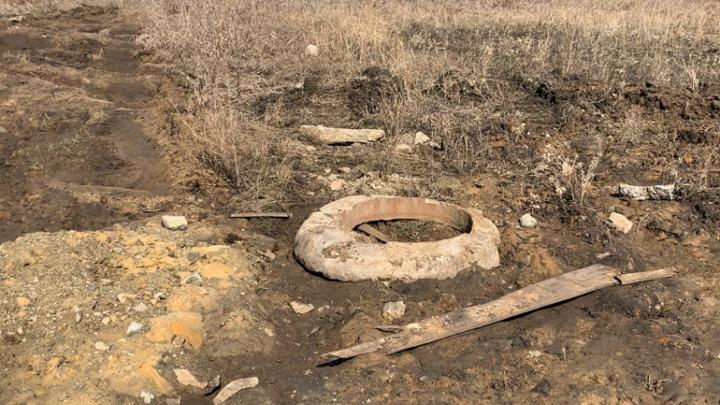 В селе под Челябинском подрядчик вместо разбитой дороги засыпал щебнем асфальт и колодцы