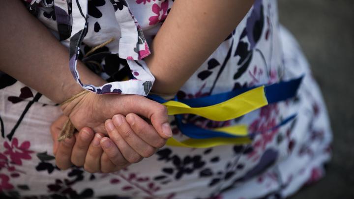 Суровые украинские выборы: В Никополе заставили пьяного избирателя проголосовать, несмотря на бомбу