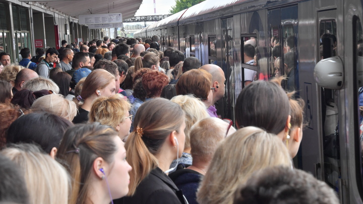 Поездки в метро под любимую музыку могут закончиться потерей слуха - медики