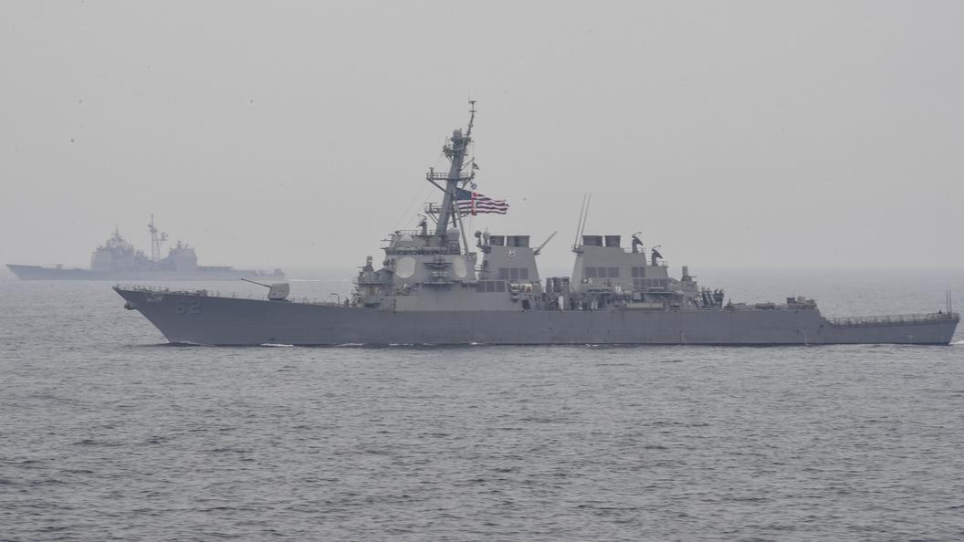 Эсминец США столкнулся с контейнеровозом, экипаж терпит бедствие