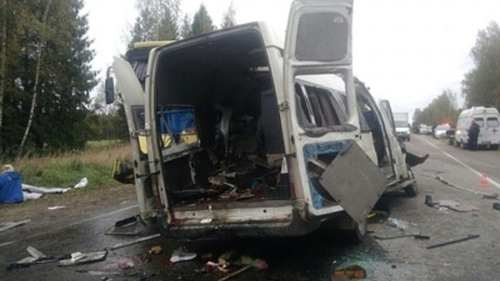 Двое читинцев пострадали при столкновении микроавтобуса с почтовым поездом