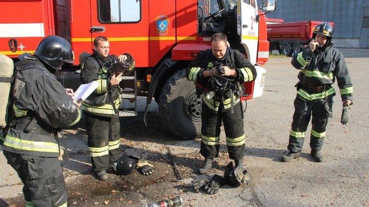 В центре Москвы огонь запер людей на верхних этажах горящего здания: Спасатели эвакуируют их с помощью автовышки