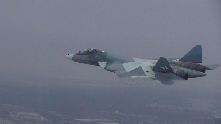 Новейший истребитель Су-57 показался с самого эффектного своего плана