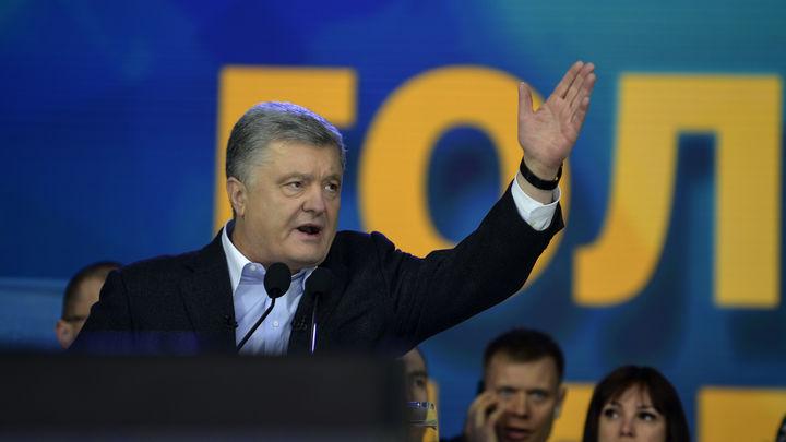 Кто ему позволил?: Порошенко обрушился с критикой на Зеленского из-за возможного снятия блокады с Донбасса