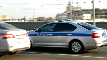 Черный внедорожник в Казани протащил по дороге инспектора ГИБДД - видео