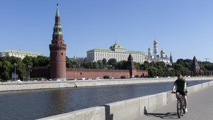 Недалеко от Кремля обвалились строительные леса, сильно пострадали трое рабочих