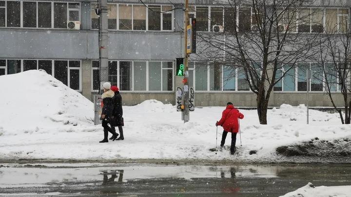 Новосибирцы жалуются на грязь и перекопанный тротуар из-за стройки четвертого моста