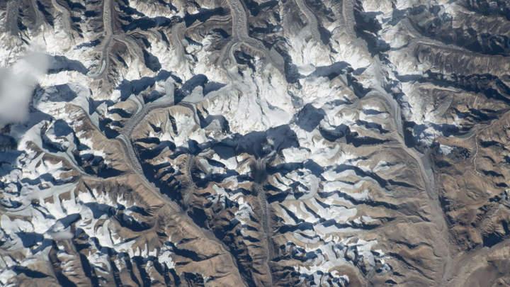 Альпинисты на военном вертолете спасли экстремалку на горе смерти в Гималаях
