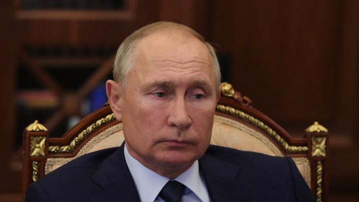 Оранжевую папку сменили согнутые листы: Журналисты вновь ломают голову над странным жестом Путина