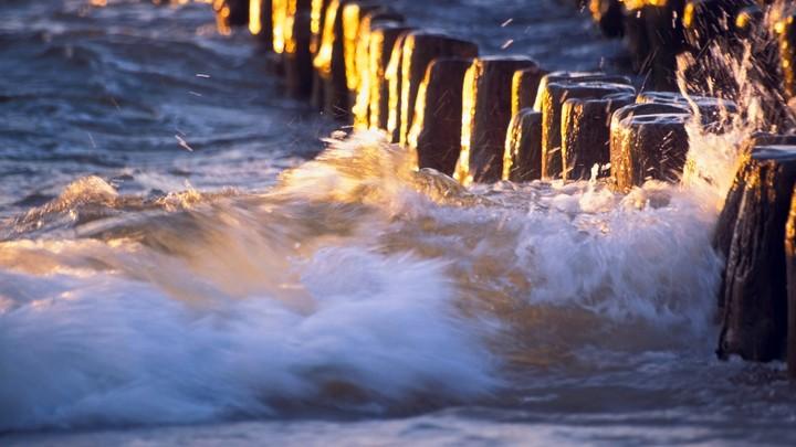 В Сочи штормом смыло в море пляжное кафе в поселке Волконка