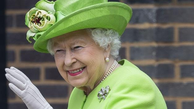 Строптивый пони устроил вонючий прием Елизавете II в Шотландии